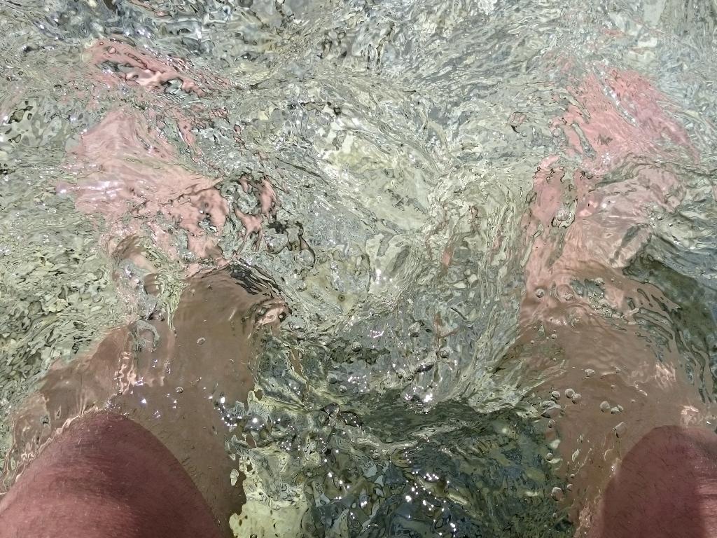 Gambe nel ghiaccio (torrente di montagna)